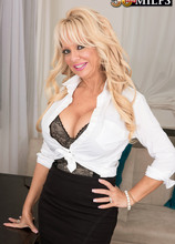 The shrink who makes things bigger - Bella Dea and Jimmy Dix (48 Photos) - 50 Plus MILFs