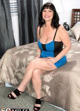 Elektra buzzes herself - Elektra (54 Photos) - 50 Plus MILFs