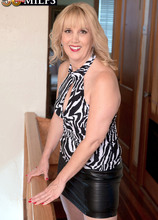 The MILF at the top of the stairs - Rebecca Williams and Carlos Rios (39 Photos) - 50 Plus MILFs