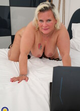 Curvy mature lady playing with herself in bed