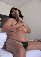 Chubby mama playing with her shaved pussy
