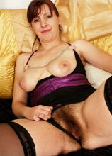 This hairy mom loves to play with herself