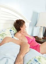 69-year-old Bea Cummins fucks 25-year-old Johnny - Bea Cummins (20:01 Min.) - MILF Bundle