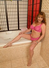 Gigi is wet and soapy - Gigi Jewels (15:24 Min.) - MILF Bundle