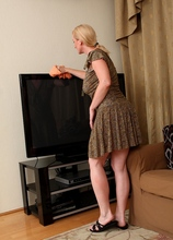 Bored housewife Monik takes break from cleaning to give you a striptease. in Karupsow | Elite Mature