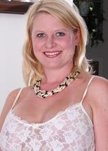 Busty mature amateur Lynn Miller peels off lingerie. in Karupsow | Elite Mature