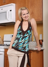 Kinky housewife Hannah strips n her kitchen. in Karupsow | Elite Mature