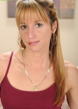 MILF Samantha Gene uses vibrator on her clit. in Karupsow | Elite Mature