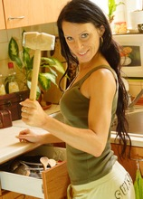 Mature amateur babe Staffy spreads her pussy in the kitchen.