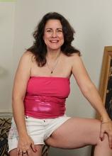 Mature Latina Gianna Jones spreads her hairy pussy. in Karupsow | Elite Mature