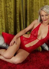 Older babe Vanessa Moore toying her mature pussy. in Karupsow | Elite Mature