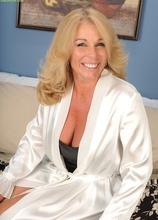 Blonde cougar Crystal Taylor dildos her older pussy.