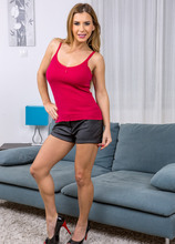 Mature Pictures Featuring 39 Year Old Dorothy Black From AllOver30