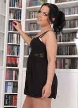 Mature Pictures Featuring 32 Year Old Nina Black From AllOver30