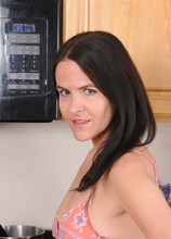Mature Pictures Featuring 42 Year Old Maggie K From AllOver30