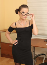 Mature Pictures Featuring 32 Year Old Niki Sweet From AllOver30