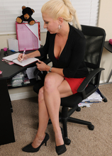 Mature Pictures Featuring 32 Year Old Jessica Taylor From AllOver30