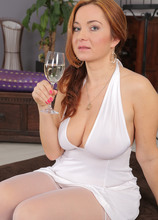 Mature Pictures Featuring 38 Year Old Jessica Red From AllOver30