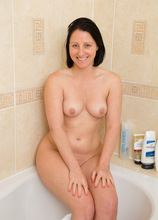 Mature Pictures Featuring 39 Year Old Amber L From AllOver30