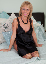 Mature Pictures Featuring 42 Year Old Cathy Oakely From AllOver30