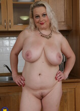 Curvy big breasted mature slut loves to play with her wet pussy