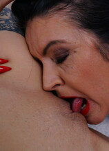 I just love to scissor with my stepmom and lick her pussy