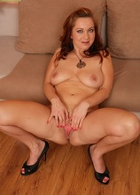 Beautiful mature babe Jessica Red fingering her pussy.