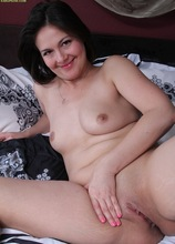Mature amateur Penny Prite toying her older pussy.