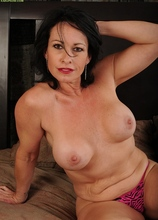 Busty cougar Braxton Kai toys her hungry pussy.